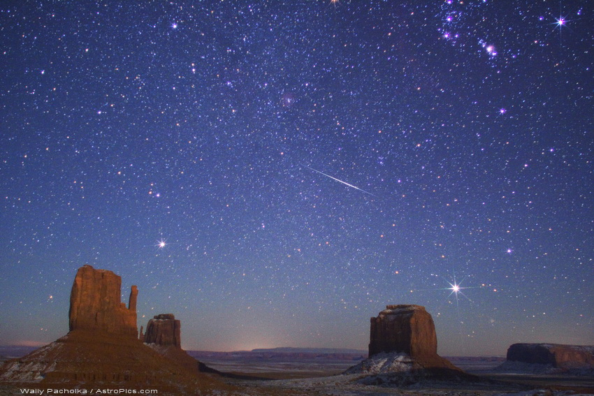 Foto de geminídeas em Monument Valley, Estados Unidos da América, em 2007 (Fonte: http://antwrp.gsfc.nasa.gov/apod/ap091212.html, Créditos: Wally Pacholka - AstroPics.com, TWAN - http://www.twanight.org/)