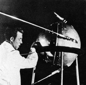 Cientista russo trabalhando no primeiro satélite artificial, o Sputnik 1