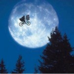 Cena clssica do filme &quot;E.T. o Extraterrestre&quot;, dirigido por Steven Spilberg.