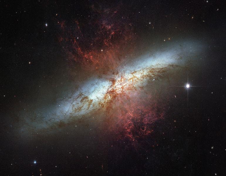 M82, a Galáxia do Charuto fotografada pelo Telescópio Espacial Hubble. (Crédito: NASA/ESA)