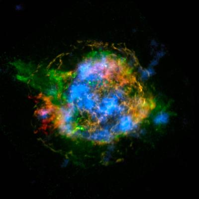 Imagem composta de Cas A. Vermelho e verde são emissões de raios-X do ferro e silício/magnésio , respectivamente, detectadas pelo telescópio espacial Chandra. Azul é a distribuição de Ti, produzido no núcleo da explosão, mapeada pelo telescópio espacial NuSTAR. (Credito: NASA/JPL-Caltech/CXC/SAO)