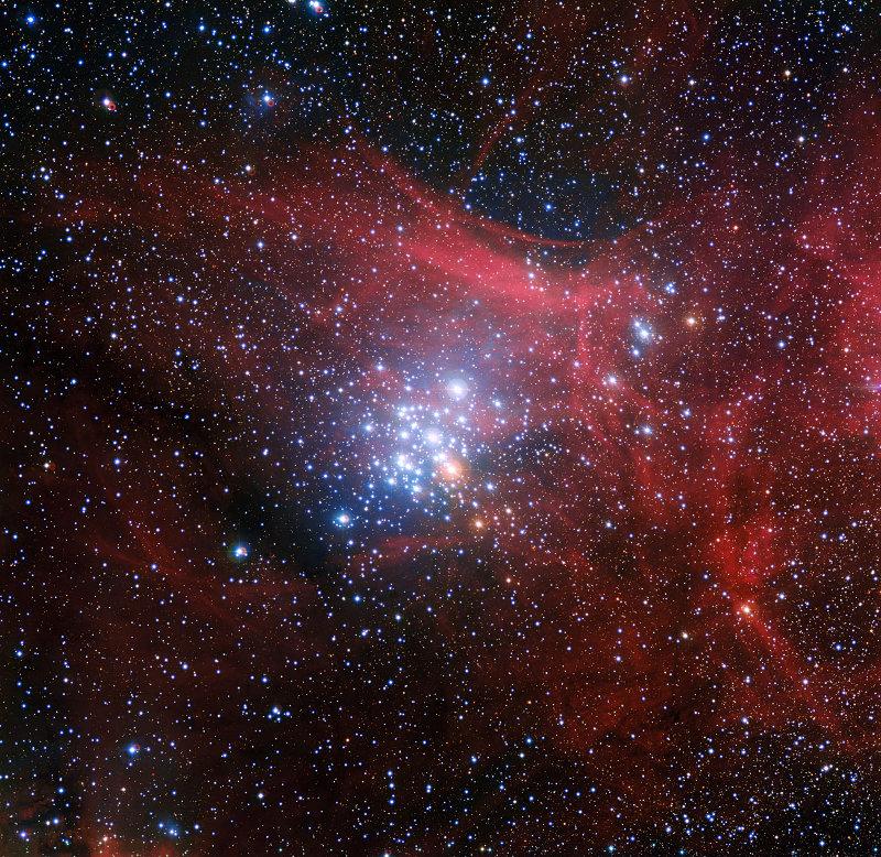 O aglomerado aberto NGC 3293 com uma nuvem de gás e poeira ao fundo. O próprio aglomerado era uma nuvem de gás e poeira a dez milhões de anos atrás (Fonte: ESO)