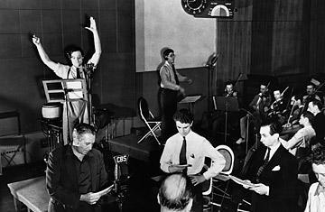 """Orson Welles ensaia pouco antes de transmitir por rádio a sua adaptação de """"A Guerra dos Mundos"""", de H. G. Wells."""