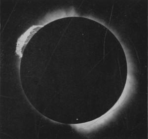 """Famosa protuberância chamada """"Tamanduá"""" obtida por Henrique Morize do ON no eclipse de Sobral, CE."""