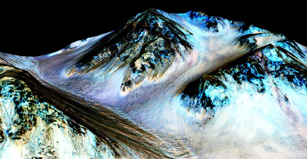Raias escuras que poderiam ser explicadas pelo fluxo de água corrente. A descoberta de sais hidratados, que diminuem a temperatura de congelamento da água, podem indicar que, de fato, há água corrente ali (Fonte: NASA)